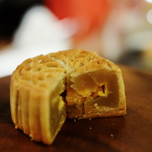 white lotus mooncake with salted egg yolk